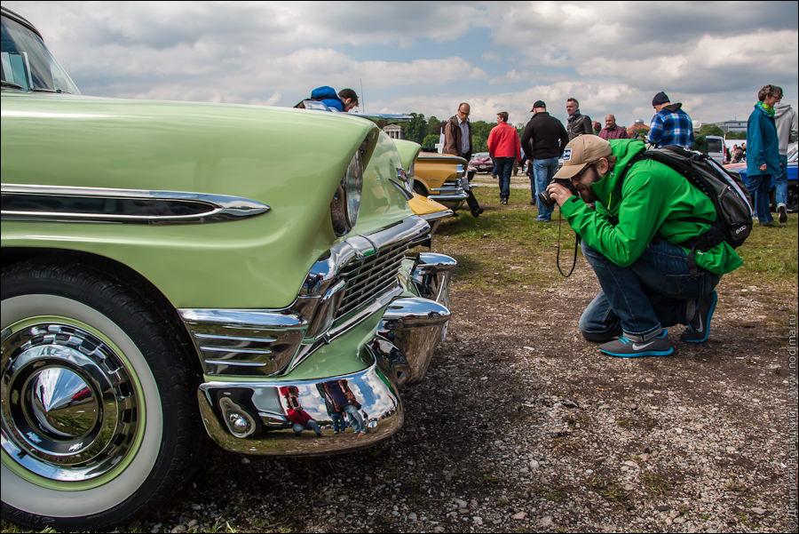 Фотографирует старинные машины