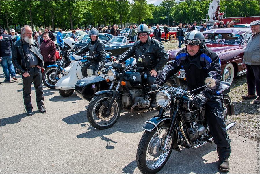 Байкеры на старинных мотоциклах