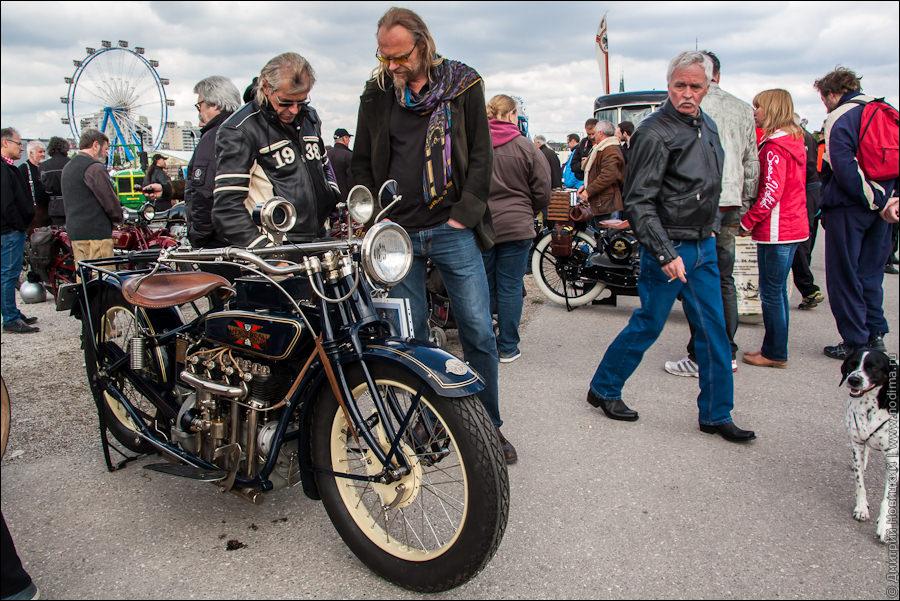 Старинный мотоцикл