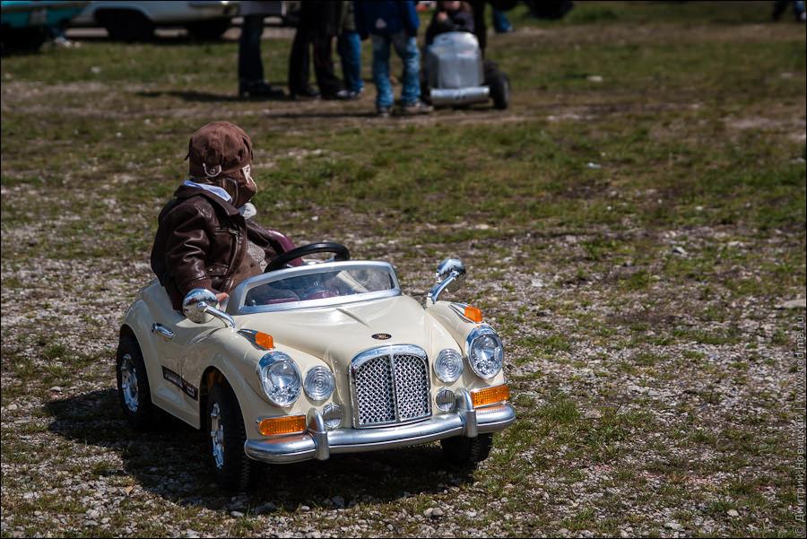 Детская модель старинного авто