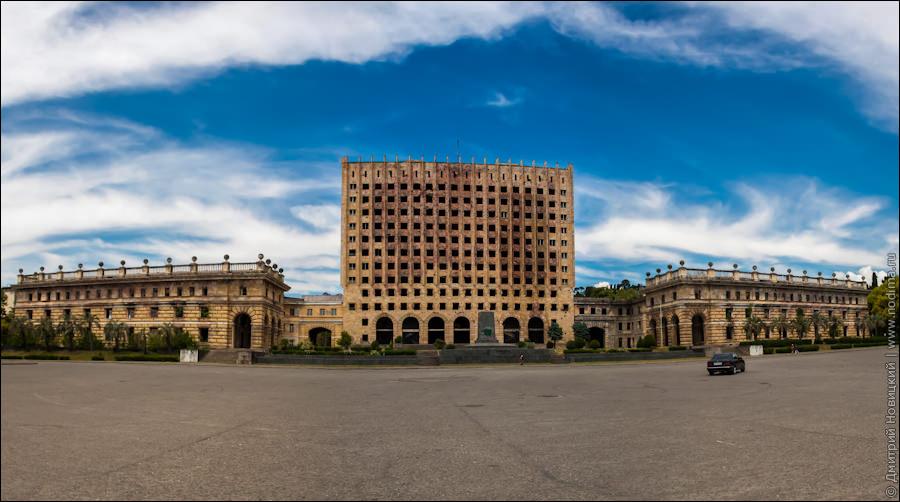 Заброшенное здание Верховного Совета в Сухуме