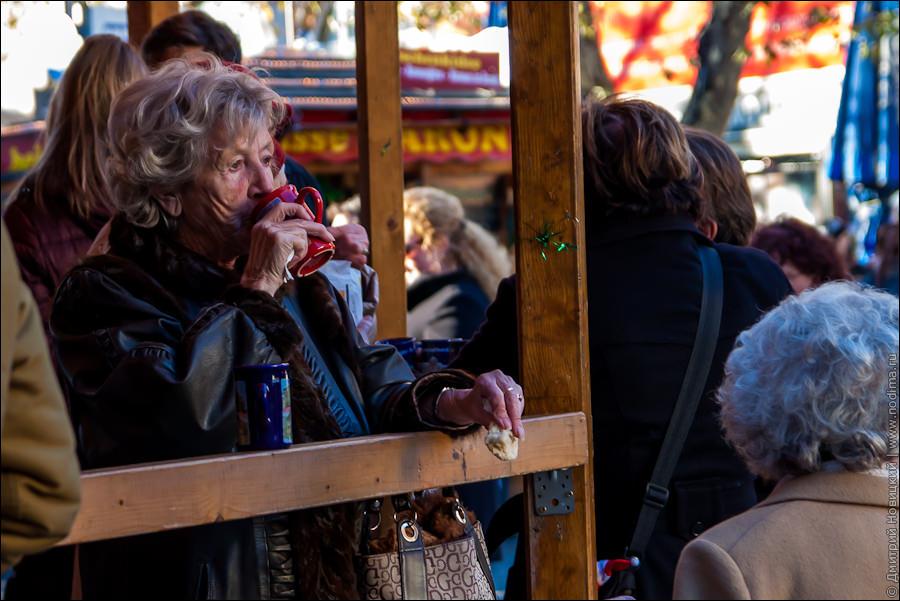 Бабушка пьет глинтвейн